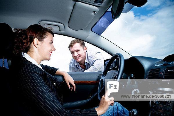Junge Fahrerin wird von einem Mann angesprochen