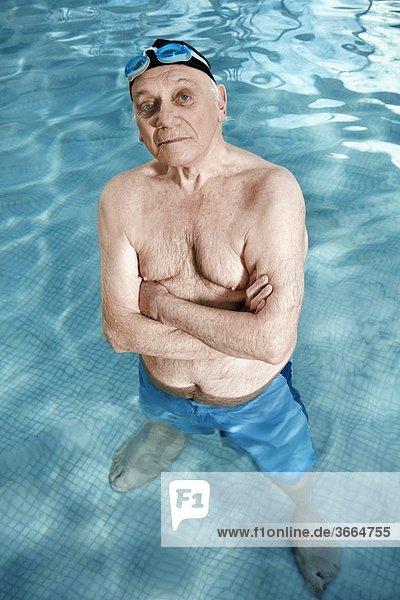 stehend überqueren Mann Schwimmbad