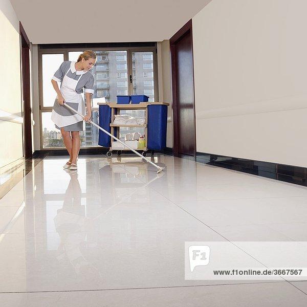 Hausmeister Reinigung des Korridors eines Krankenhauses