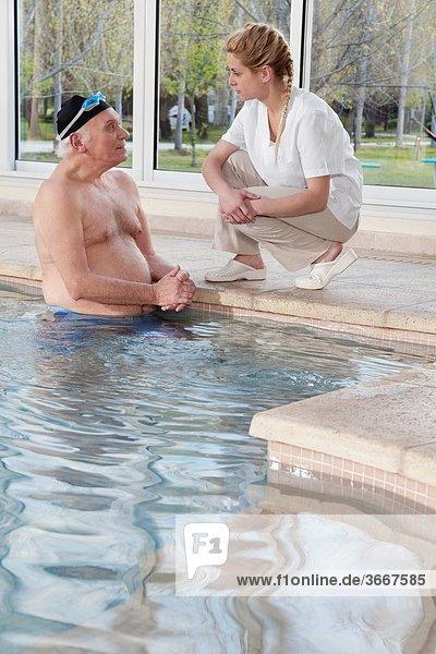 Mann sprechen arbeiten Gesundheit Schwimmbad
