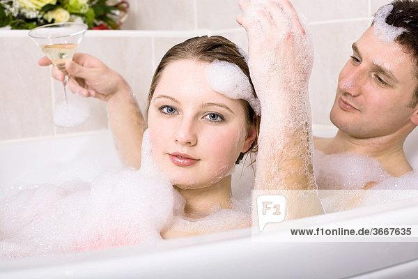 Junges Paar in der Badewanne