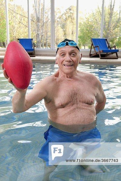 Mann Schwimmbad Ball Spielzeug spielen Rugby