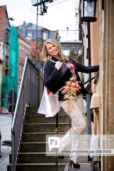 Junge Frau beim Shopping in der Stadt