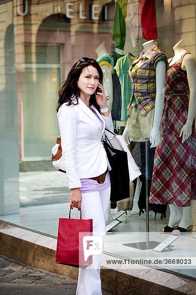 Junge Frau auf Einkaufsbummel in der Stadt