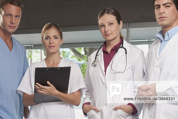 Portrait von Ärzten und Krankenschwestern