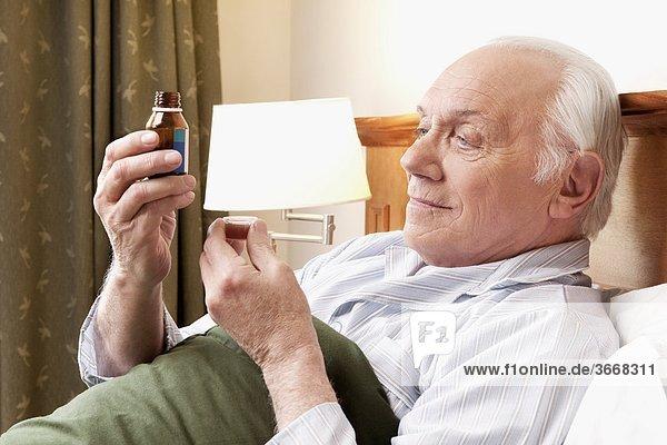 Mann nehmen Gesundheitspflege Close-up close-ups close up close ups