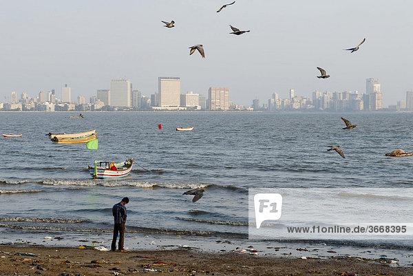 Inder uriniert am Chawpatty Beach  Mumbai  Indien  Asien