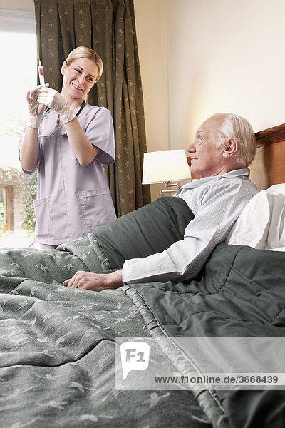 Patientin nahe stehend halten Spritze Spritzen