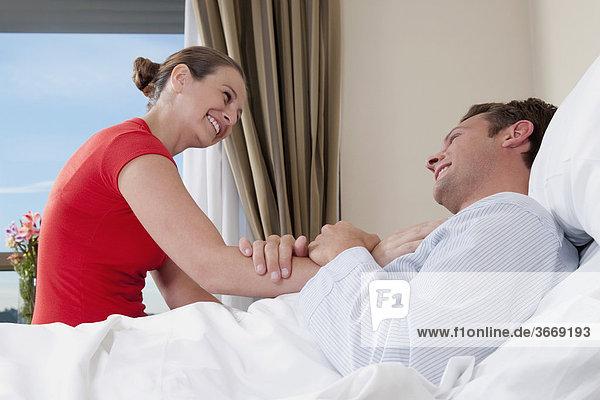 Frau in einem Krankenhaus mit ihrem Ehemann