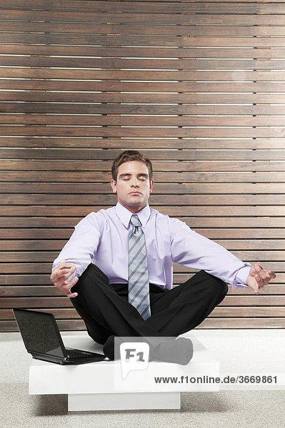 Geschäftsmann üben Yoga