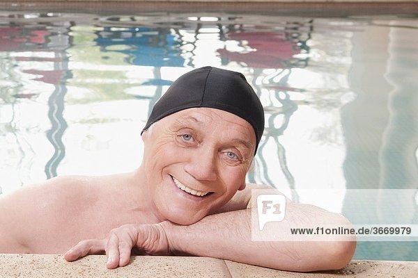 Mann lächeln Schwimmbad