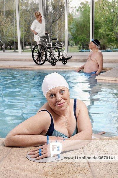Frau Paddel Schwimmbad Kleidung schwimmen