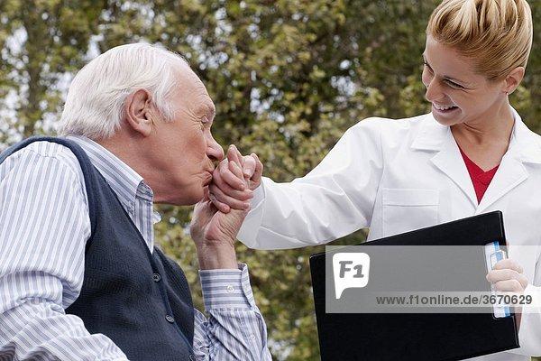 Mann küssen Arzt