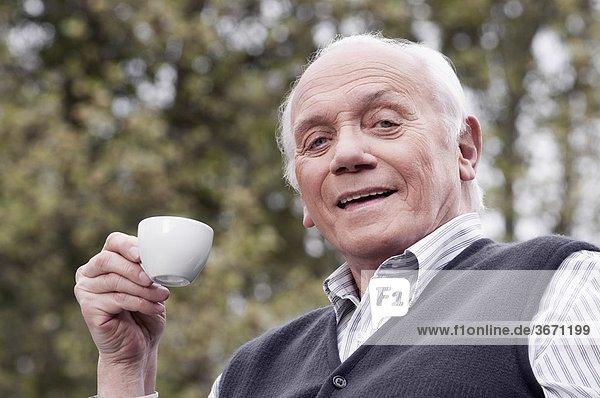 Portrait Mann trinken Tee