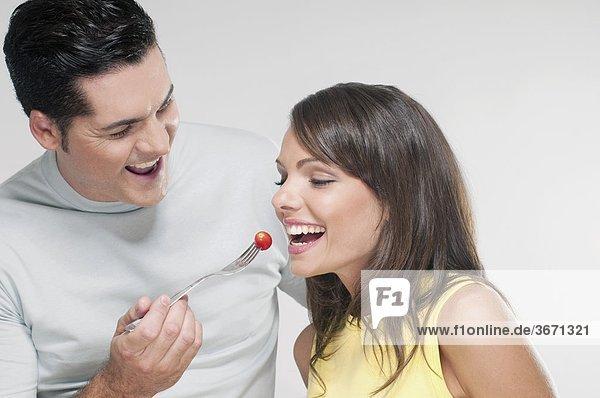 Mann Fütterung Frau eine Kirschtomate