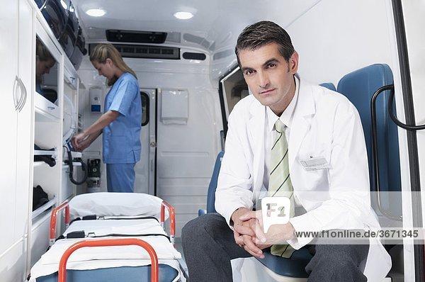 Arzt mit weiblichen Krankenschwester in einen Krankenwagen