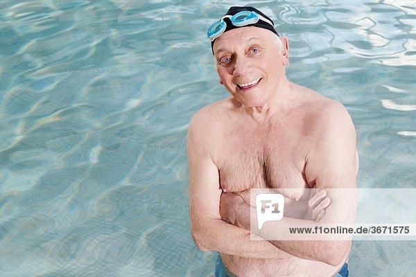 überqueren Mann lächeln Schwimmbad