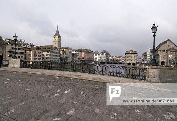 Zürich Zuerich Schweiz in der Altstadt am Fluss Limmat mit der Kirche St. Peter und dem Rathaus