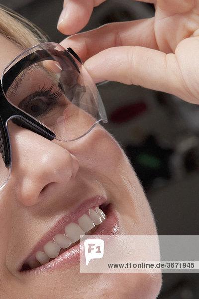 Ärztin tragen eine schützende Brillen