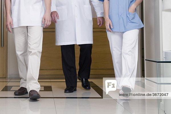Ärzte im Krankenhaus zu Fuß