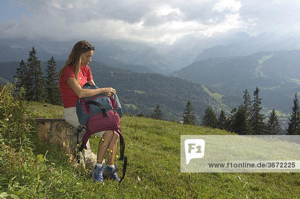 Wanderer Bergsteiger auf dem Wank bei Garmisch-Partenkirchen Oberbayern Deutschland