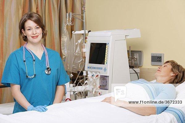 Patientin nahe stehend Arzt