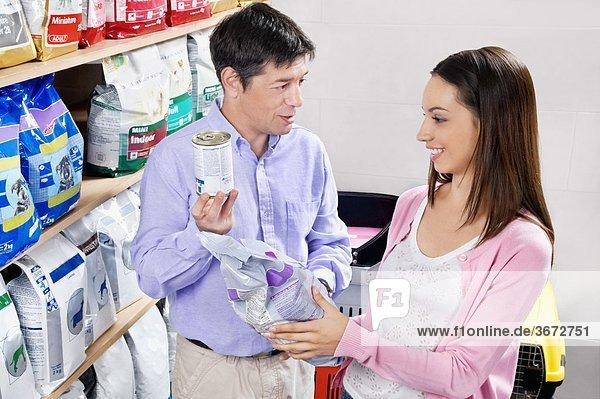 Frau und ihr Vater Kauf Hundefutter in einem Supermarkt