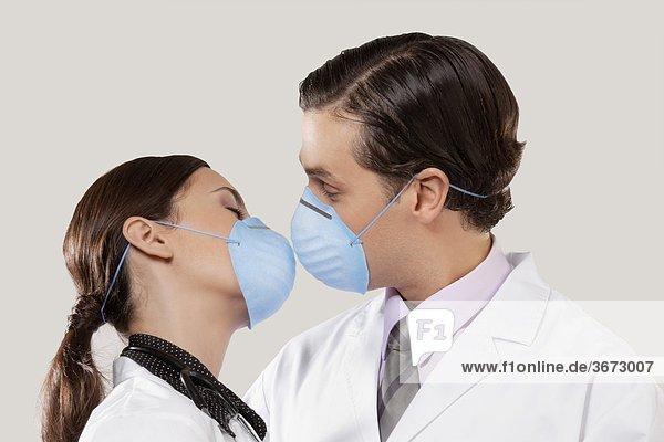 Ärzte tragen Grippe Masken und romancing