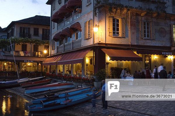 Orta San Giulio am Lago di Orta Ortasee Piemont Piemonte Italien Stimmung in einer Bar und Restaurant am Ufer bei Dämmerung