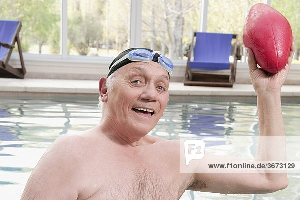 Portrait Mann Schwimmbad Ball Spielzeug spielen