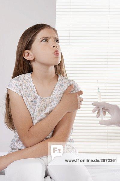 geben Arzt Spritze Spritzen Mädchen