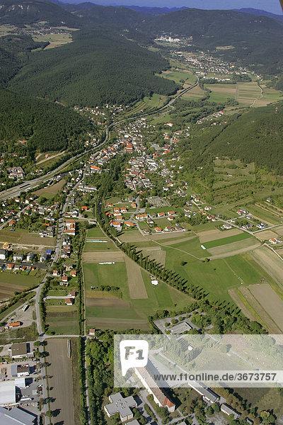 Luftaufnahme von Wöllersdorf im Hintergrund Piesting Niederösterreich
