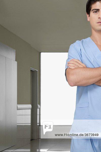 Chirurg stehend auf dem Flur eines Krankenhauses