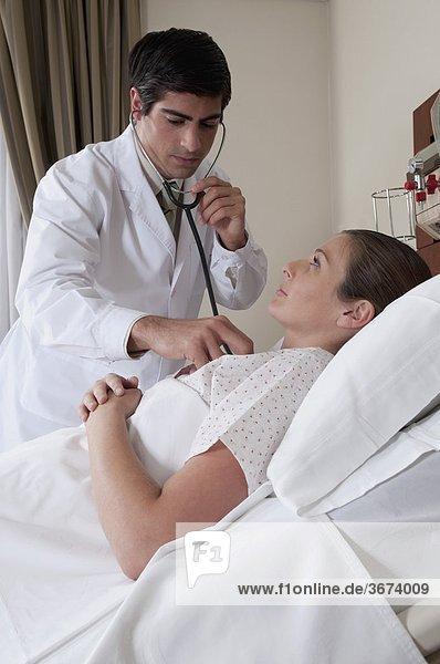 Arzt untersuchen eine Frau