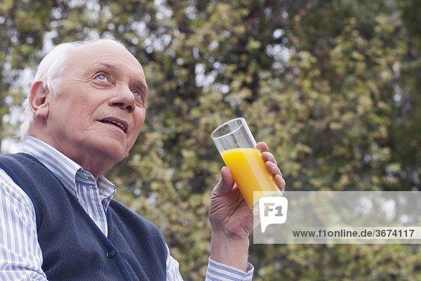 Mann trinken Saft