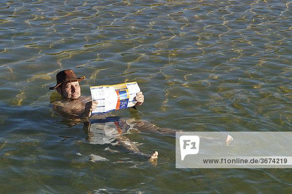 Beim Zeitungslesen in einem Salzsee in Beachport Südaustralien Australien