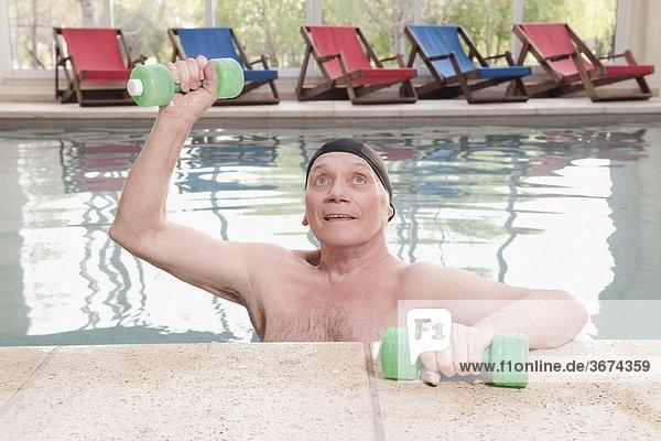 Mann Hantel üben Schwimmbad