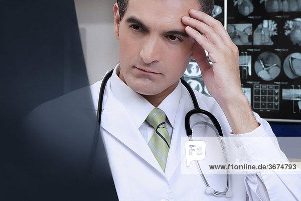 Arzt untersuchen einen x-ray-Bericht
