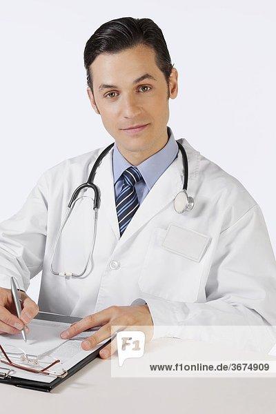 Portrait eines Arztes schreiben in eine Zwischenablage