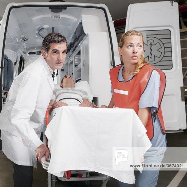 Patientin führen Krankenwagen