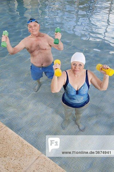Hantel üben Schwimmbad