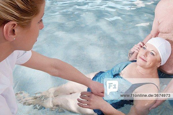 Frau Mann Hilfe arbeiten Gesundheit Schwimmbad