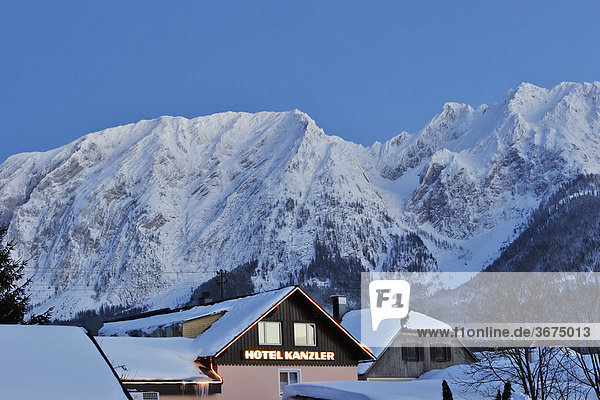 Hotel Kanzler in Krungl dahinter der Grimming Steiermark Österreich