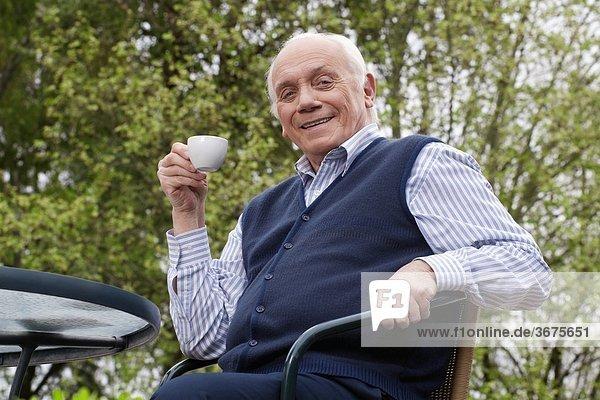 sitzend Portrait Mann Stuhl trinken Tee