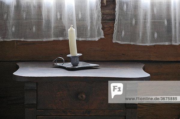 Kerze auf Tischchen in altem Bauernhaus  Oberbayern  Bayern  Deutschland