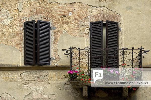 Hausfassade mit Balkon  Italien