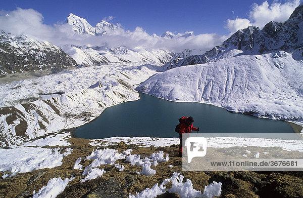 Bergsteigerin beim Aufstieg zum Gokyo Ri Nepal