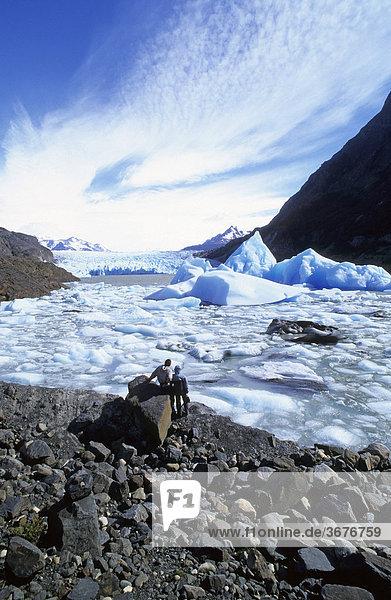 Zwei Wanderer am See des Grey-Gletschers im Nationalpark Torres del Paine Chile