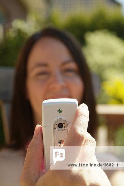 Frau fotografiert mit foto handy