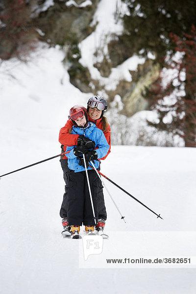 Mutter und Tochter beim gemeinsamen Skifahren
